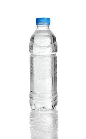 plastico pet: cerca de la botella plástica de agua en el fondo blanco