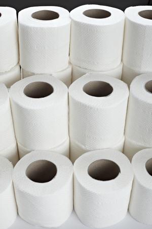 papel higienico: cerca de un papel higiénico sobre fondo blanco Foto de archivo