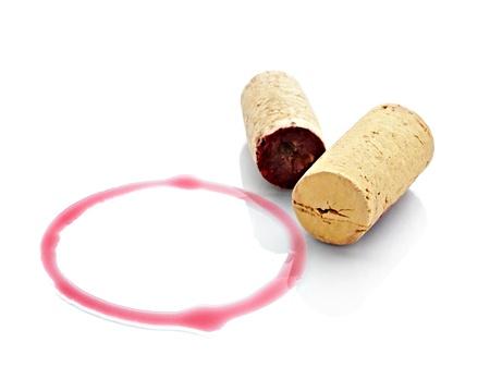 corcho: cerca de un vino manchas y abridor sobre fondo blanco con trazado de recorte de corcho Foto de archivo