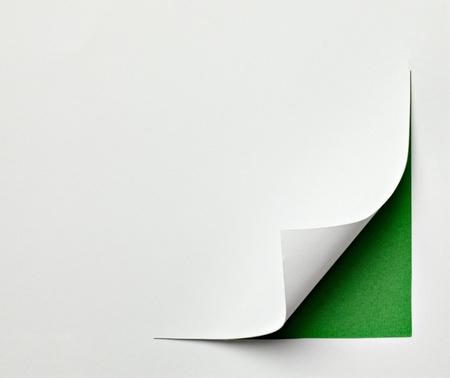 turn the corner: cerca de un papel con el borde curvado en el fondo blanco Foto de archivo
