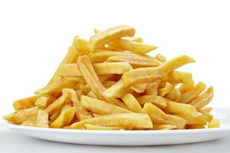 papas fritas: cerca de papas fritas francés sobre fondo blanco