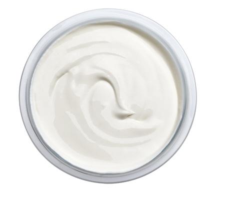 cerca de crema agria o crema de belleza en el fondo blanco con trazado de recorte Foto de archivo
