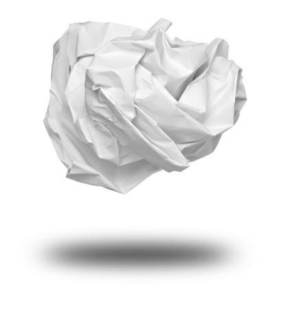 reciclaje papel: cerca de una bola de papel sobre fondo blanco Foto de archivo