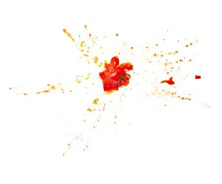 pigiatura: Close up di un pomodoro schizzato su sfondo bianco