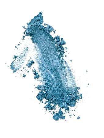 polvos: cerca de un polvo de maquillaje sobre un fondo blanco