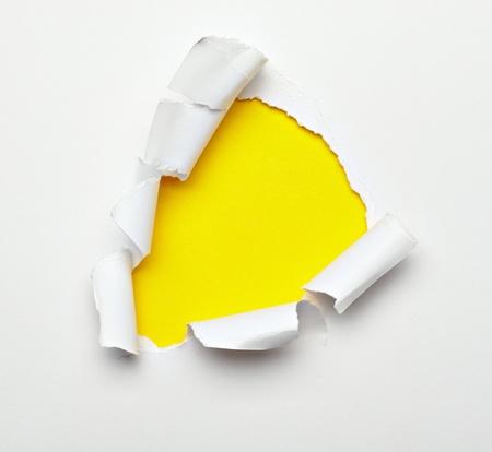 bordi: Close up di un foro strappato carta su sfondo bianco
