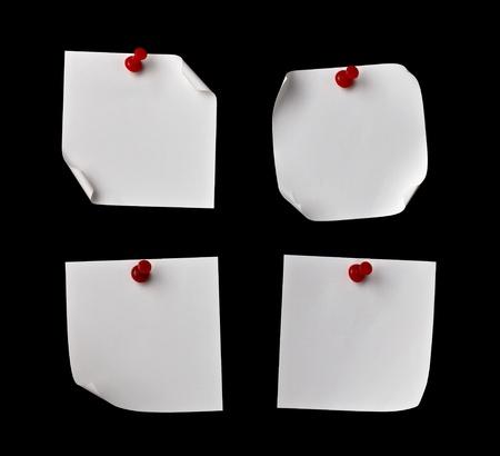 tack board: cerca de notas de papel con alfiler sobre un fondo negro