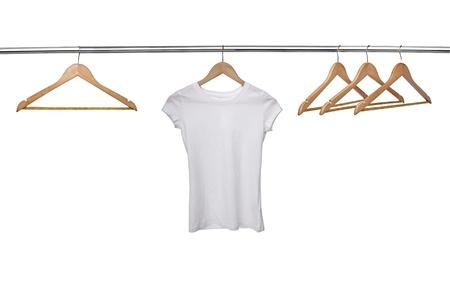 Nahaufnahme von einem weißen T-Shirt auf Kleiderbügeln in Zeile Standard-Bild