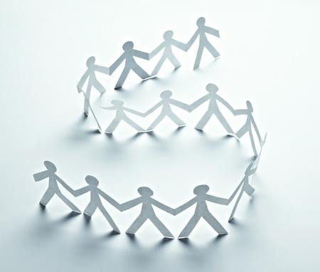 chainlinked: close-up van papier mensen op witte achtergrond