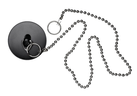 desague: cerca de un enchufe de baño con la cadena en el fondo blanco con trazado de recorte Foto de archivo