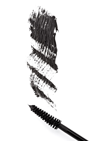 cerca de rimel negro sobre fondo blanco
