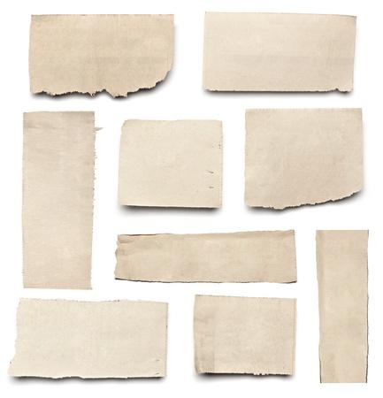 paper note: colecci�n de blanco arranc� pedazos de papel de prensa en el fondo blanco. cada uno de ellos recibe un disparo por separado