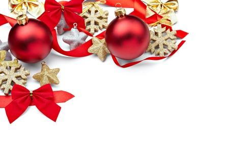 白い背景の上のクリスマスの装飾のクローズ アップ