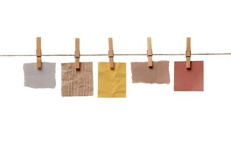 etiquetas de ropa: cerca de una nota y una pinzas para la ropa en el fondo blanco Foto de archivo