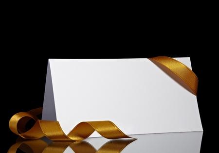 lettres en or: pr�s de la note de carte avec le ruban sur fond noir