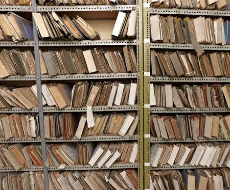 Close up de los archivos antiguos de la vendimia en una sala de almacenamiento Foto de archivo