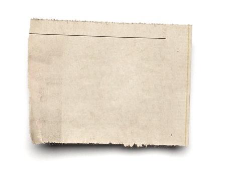 newspapers: close-up van een witte gescheurde stuk krant op op witte achtergrond met het knippen van weg