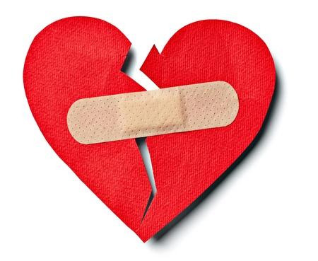 curitas: cerca del coraz�n aplaster y papel roto en el fondo blanco con trazado de recorte Foto de archivo