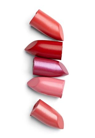 red tube: cerca de una pila de lápiz labial en el fondo blanco