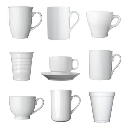 kroes: verzameling van verschillende witte kopjes koffie op witte achtergrond elk wordt afzonderlijk neergeschoten