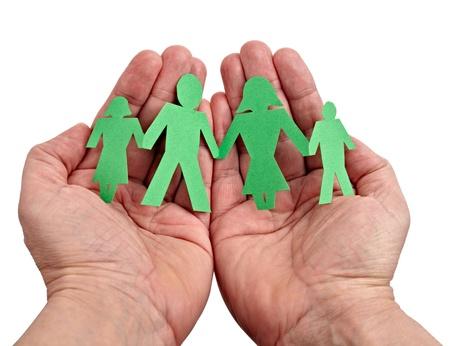 apoyo familiar: Primer plano de la cadena de personas de papel en las manos sobre fondo blanco Foto de archivo