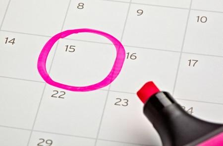près d'un calendrier et un marqueur