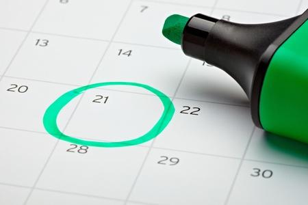 gestion del tiempo: cerca de un calendario y un marcador