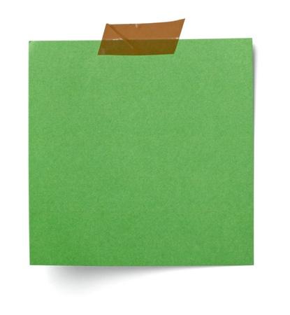 merken: Nahaufnahme von einem weißen Hinweis Papier auf weißem Hintergrund