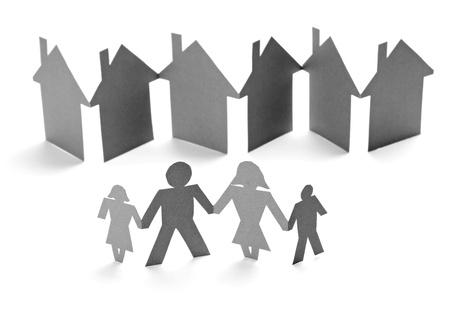 apoyo social: Primer plano de la cadena de personas y casas de papel cortado en el fondo blanco Foto de archivo