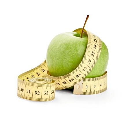 Nahaufnahme von einem Apfel Maßband auf weißem Hintergrund