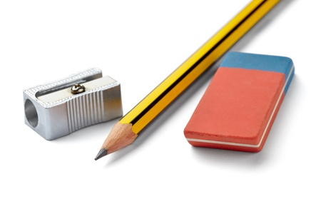 sacapuntas: Close up de lápiz, goma y sacapuntas sobre fondo blanco