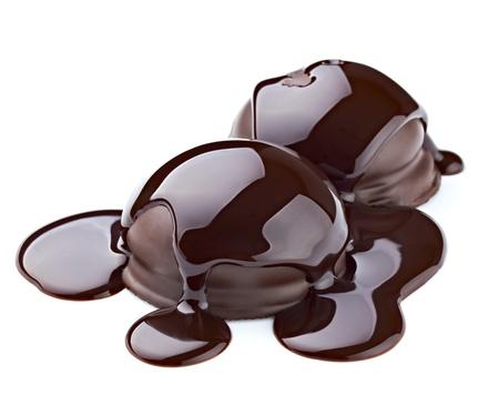chocolate melt: Close up di uno sciroppo di cioccolato su una torta su sfondo bianco