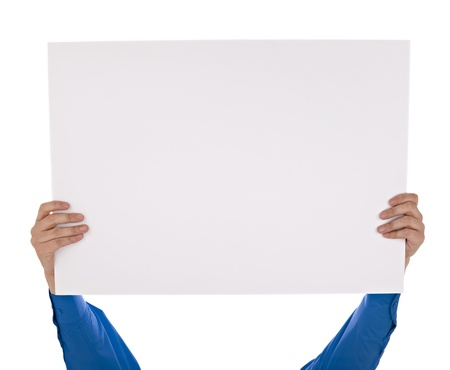 hoja en blanco: el hombre en camisa con un cartel en blanco sobre fondo blanco con saturaci�n camino