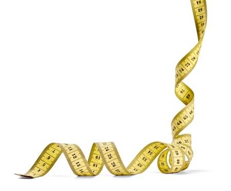 volute: Close up di un nastro di misurazione sarto su sfondo bianco con percorso di clipping