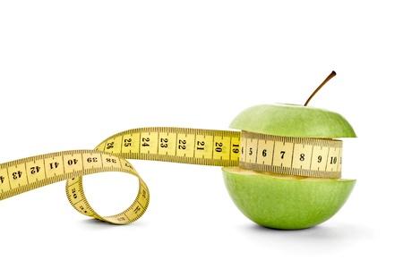 metro de medir: cerca de una cinta m�trica de manzana sobre fondo blanco con saturaci�n camino