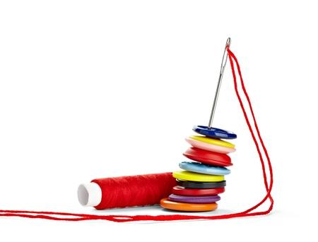 hilo rojo: Close up de artículos de costura en el fondo blanco Foto de archivo