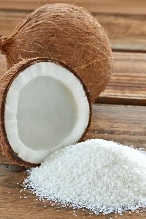 legumbres secas: Cerca de un coco y coco rallado a tierra