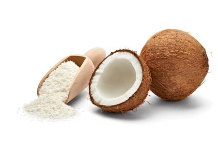 coconut: cerca de un coco y el coco rallado a tierra