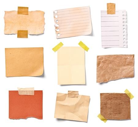 Colección de varios papeles de nota vintage sobre fondo blanco, cada uno se dispara por separado