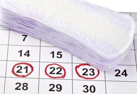 menstruacion: Close up de protección higiene mujer en un calendario