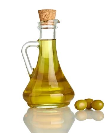 près d'huile d'olive sur fond blanc
