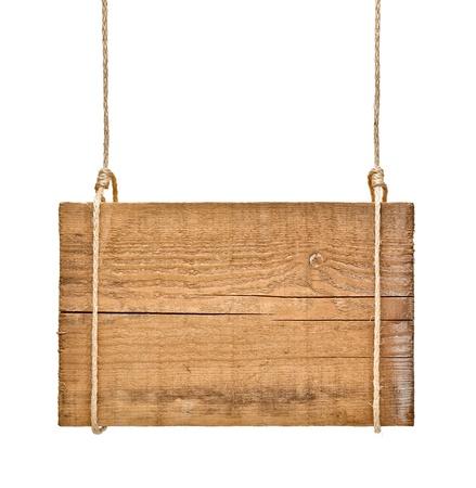 dřevěný: zblízka prázdné dřevěné znamení visí na laně na bílém pozadí Reklamní fotografie