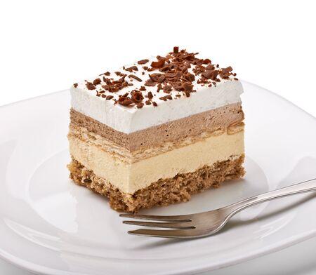 rebanada de pastel: cerca de un pastel de crema en un plato blanco