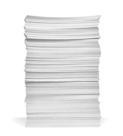 apilar: Close up de pila de papeles sobre fondo blanco