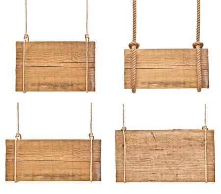 raccolta di vari cartelli in legno vuoti appeso a una corda su sfondo bianco. ognuno ? girato separatamente Archivio Fotografico
