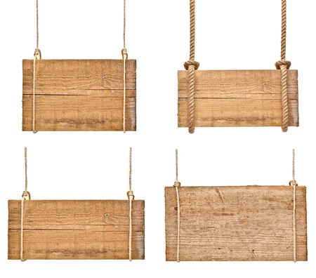 verzameling van verschillende lege houten borden opknoping op een touw op een witte achtergrond. elk wordt afzonderlijk neergeschoten Stockfoto