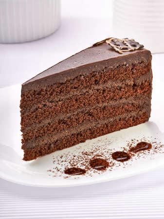 cakes background: cerca de un pastel de crema en un plato blanco