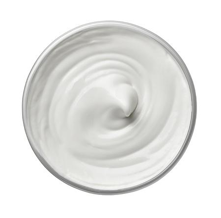yogurt: cerca de una belleza blanco crema o yogur sobre fondo blanco con trazado de recorte