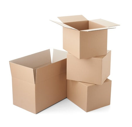 trasloco: Close up di una scatola di cartone su sfondo bianco
