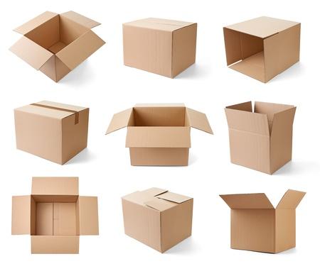 verzameling van verschillende kartonnen dozen op een witte achtergrond elk afzonderlijk wordt neergeschoten Stockfoto
